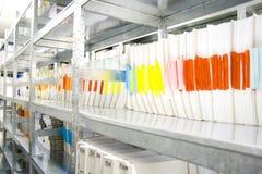 Carpetas en archivo de diverso documento en sector de los archivos Imagen de archivo libre de regalías
