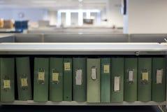 Carpetas en cubículo imagenes de archivo