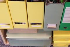 Carpetas en un estante Foto de archivo libre de regalías
