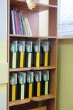 Carpetas en un estante Imagenes de archivo