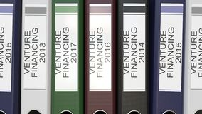 Carpetas múltiples de la oficina con años de las etiquetas del texto del financiamiento de empresa diversos almacen de video