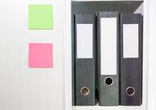 Carpetas para los documentos en un estante de librería Foto de archivo libre de regalías