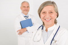Carpetas sonrientes del asimiento de los mayores de las personas del médico Foto de archivo