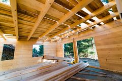 Carpintaria da indústria de construção de casas da construção em andamento fotos de stock royalty free
