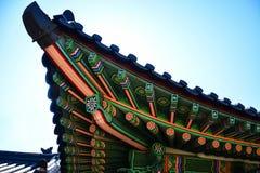 Carpintaria decorada coreana tradicional no telhado do pal?cio de Changdeokgung em Coreia do Sul imagem de stock