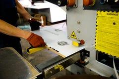 Carpintaria e mobília que fazem o conceito Um carpinteiro na oficina que faz a obra de carpintaria imagens de stock