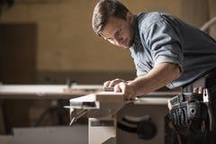 Carpinteiro centrado sobre seu trabalho Imagens de Stock