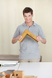 Carpinteiro com a amostra do frame de indicador Imagem de Stock Royalty Free