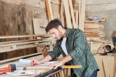 Carpinteiro com desenho arquitetónico Fotografia de Stock