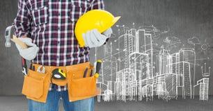 Carpinteiro com o martelo contra o esboço da skyline Foto de Stock