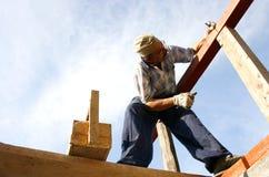 Carpinteiro com pregos e uma caixa das ferramentas Imagens de Stock