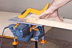 Carpinteiro com serra circular Foto de Stock Royalty Free