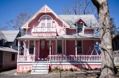 Carpinteiro cor-de-rosa Gothic Cottages com estilo vitoriano, guarnição do pão-de-espécie na vila do Oa foto de stock