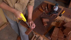 Carpinteiro criativo que verifica o material de madeira para ver se há mais ulterior transformação video estoque