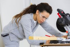 Carpinteiro da mulher que trabalha com madeira fotografia de stock royalty free
