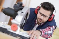 Carpinteiro focalizado no trabalho foto de stock