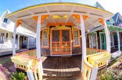 Carpinteiro Gothic Cottages com estilo vitoriano, guarnição do pão-de-espécie na vila do carvalho foto de stock royalty free