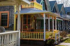 Carpinteiro Gothic Cottages com estilo vitoriano, guarnição do pão-de-espécie na vila do carvalho foto de stock