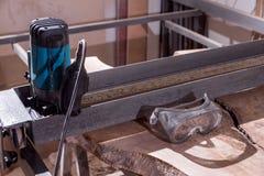 Carpinteiro manual e bonde da ferramenta processamento da madeira da segurança Vidros visão fotografia de stock royalty free