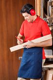 Carpinteiro Marking On Wood com lápis Foto de Stock