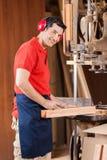 Carpinteiro Marking On Wood com o lápis pela serra de fita fotos de stock royalty free