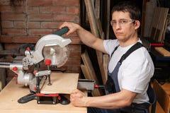 Carpinteiro masculino forte no trabalho fotografia de stock