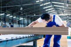 Carpinteiro na oficina de madeira asiática que trabalha em placas Imagens de Stock Royalty Free
