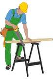 Carpinteiro no capacete que corta uma prancha de madeira pela serra Fotografia de Stock