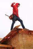 Carpinteiro no telhado Fotografia de Stock