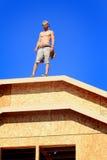 Carpinteiro no telhado Imagens de Stock