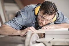 Carpinteiro no trabalho com madeira Imagens de Stock Royalty Free