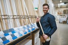 Carpinteiro ou trabalhador manual novo seguro feliz Imagem de Stock
