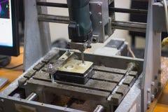 Carpinteiro profissional no trabalho, está cinzelando a madeira usando uma habilidade imagem de stock royalty free