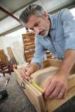 Carpinteiro que cria a gaveta de madeira imagem de stock