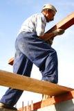 Carpinteiro que faz o esforço grande Imagens de Stock