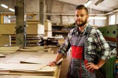Carpinteiro que faz seu trabalho na oficina da carpintaria imagens de stock
