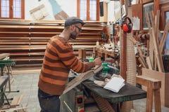 Carpinteiro que marca o detalhe na oficina fotos de stock