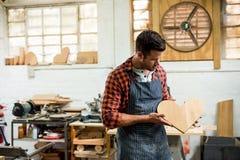 carpinteiro que olha seu ofício foto de stock