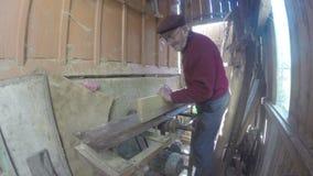 Carpinteiro que passa a placa através de um Jointer vídeos de arquivo