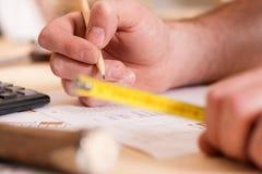 Carpinteiro que planeia seu trabalho Fotos de Stock