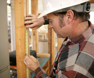 Carpinteiro que toma medidas Imagens de Stock