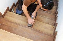 Carpinteiro que trabalha com máquina de lixar elétrica Imagem de Stock Royalty Free