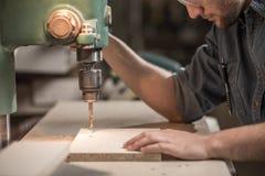 Carpinteiro que trabalha com precisão imagens de stock royalty free