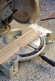 Carpinteiro que trabalha com a serra da mitra Foto de Stock