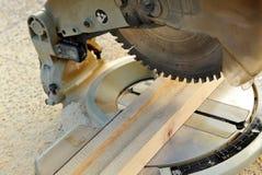Carpinteiro que trabalha com a serra da mitra Foto de Stock Royalty Free