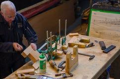 Carpinteiro que trabalha em reparos do barco de madeira Imagens de Stock Royalty Free