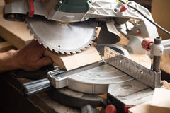 Carpinteiro que trabalha em ver uma placa que uma circulação considerou fotografia de stock