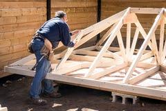 Carpinteiro que trabalha na estrutura de madeira imagens de stock