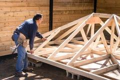 Carpinteiro que trabalha na estrutura de madeira fotografia de stock