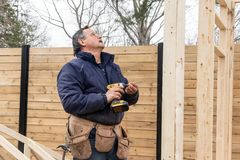 Carpinteiro que trabalha na estrutura de madeira imagens de stock royalty free